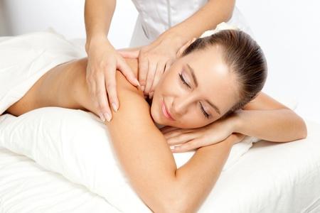 masaje: Mujer hermosa en procedimiento del masaje