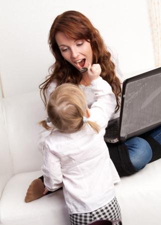 werkende moeder: Moeder en baby met laptop