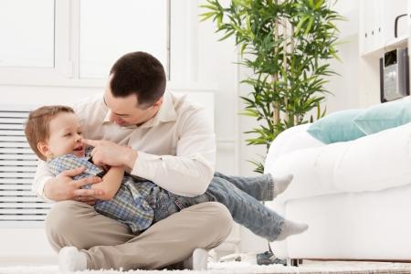 jeune mec: Portrait d'un jeune homme heureux avec son fils
