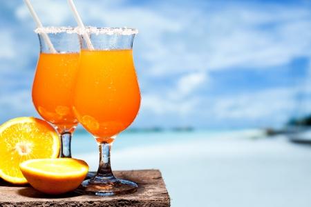 coctel de frutas: Tequila Sunrise c�ctel en tablones de madera