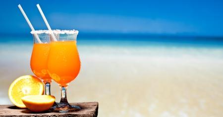 Tequila Sunrise cóctel en tablones de madera