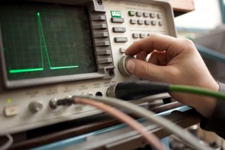 Panel de analizador de espectro con la mano