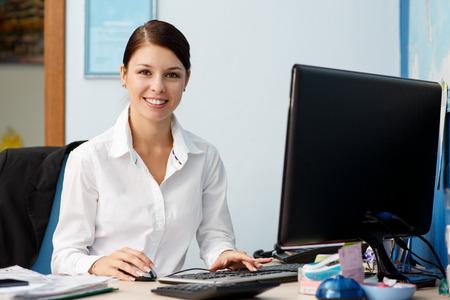 secretaria: Joven mujer de negocios bonita en el lugar de trabajo en la oficina Foto de archivo