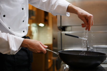 cocinando: Chef de preparar los alimentos