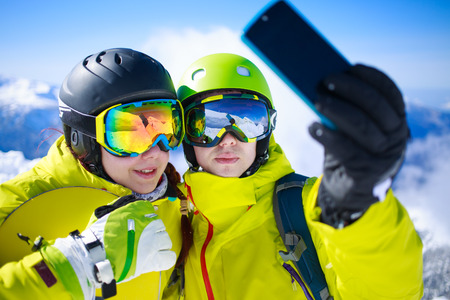 wintersport: Young couple taking a selfie