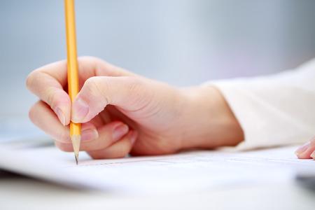 lapiz y papel: Escritura de la mano femenina, de cerca