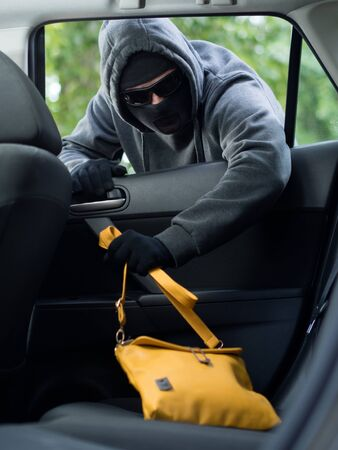 delincuencia: Concepto crimen Transporte .Thief robar el bolso del coche Foto de archivo