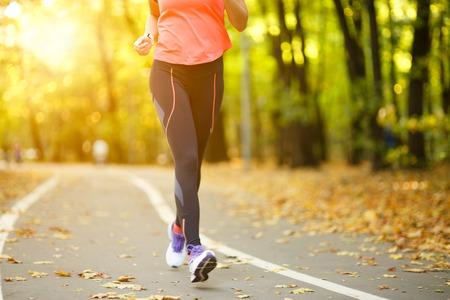 Vrouw oefening lopen buiten, schoenen close-up