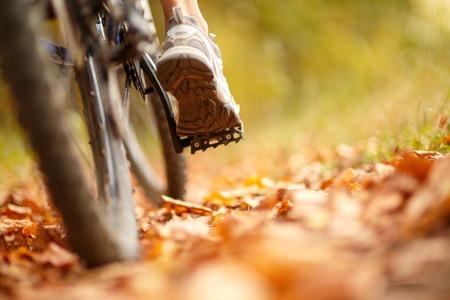 bicicleta: el pie en el pedal de la bicicleta en el parque de verano activo