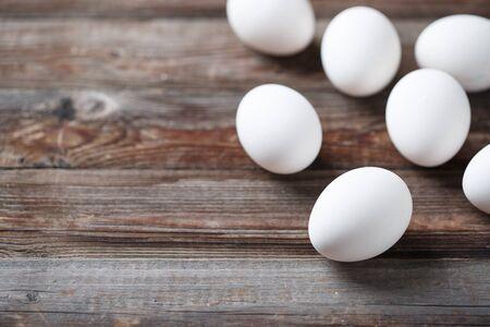 Witte eieren op een rustieke houten tafel