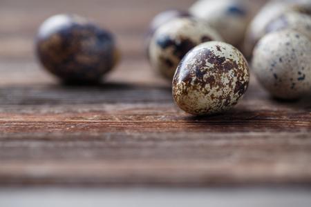 huevos de codorniz: Grupo de huevos de codorniz en el fondo thewooden Foto de archivo