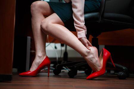 masajes relajacion: Mujer de negocios con los pies tocando la mano.