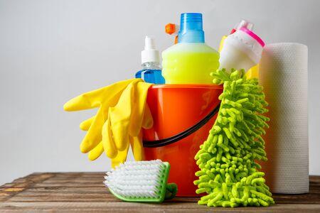 gospodarstwo domowe: Wiadro z elementów czyszczących na jasnym tle