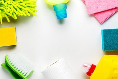 Limpieza de la casa productos en el cuadro blanco. Vista superior.