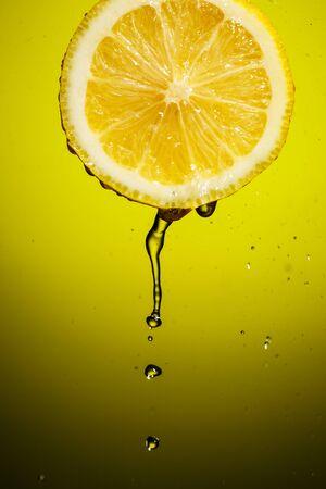 Fresh water drops on lemon. Dissected in half citrus fruits Imagens