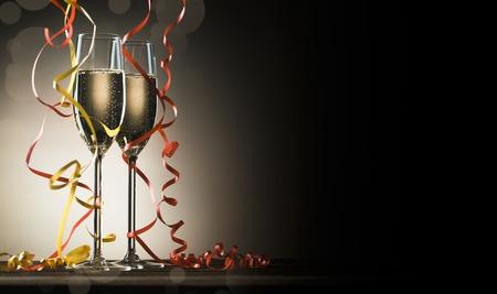 Due bicchieri con champagne frizzante e nastri decorativi su sfondo nero con retroilluminazione e copia spazio