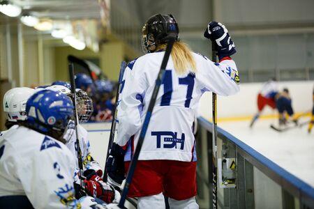"""arquero de futbol: Moscú, Rusia - enero 07 de 2017: Mujer de hockey aficionado Leage LHL-77. Juego entre el equipo de hockey femenino """"Grad"""" y el equipo de hockey femenino """"Atlant""""."""