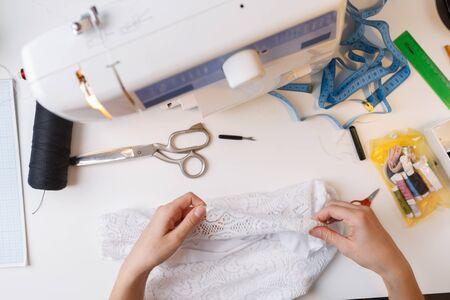 Couturière travaillant avec un chiffon blanc