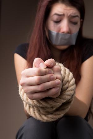 gefesselt: Opfer Mädchen mit gebundenen Händen
