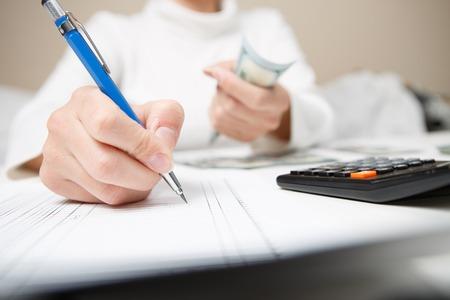 Ondernemer die investeringsplan berekenen en herzien Stockfoto - 79165438
