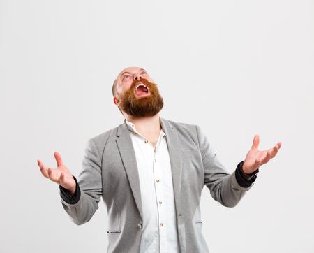 Descontente gritando homem olhando para cima Foto de archivo - 80899403