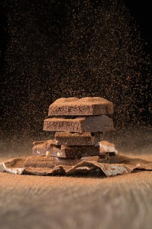 베이킹 페이퍼에 깨진 초콜릿 스톡 콘텐츠
