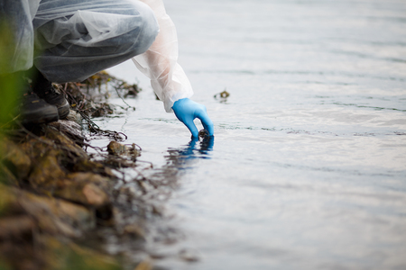 인간은 물의 샘플을 취합니다.