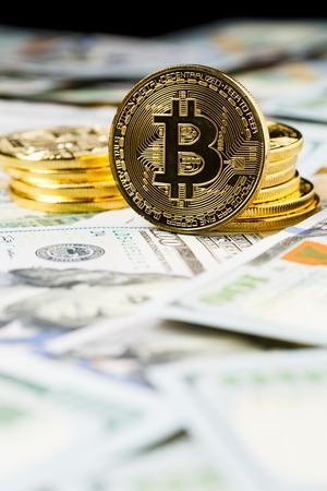 resplandor: Cryptocurrency physical bitcoin coins. Foto de archivo