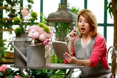 corrects: Woman with tablet with flowers