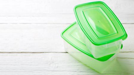 녹색 뚜껑이있는 두 용기의 사진