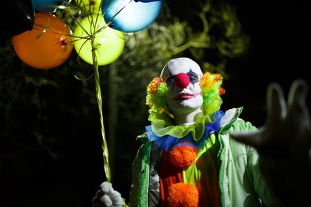 Foto de payaso con globos de colores Foto de archivo