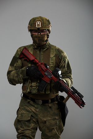 Photo of military man in helmet with gun Imagens