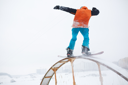 Image from back of athlete skating on snowboard with springboard Banque d'images