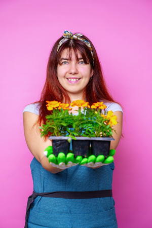 Image of happy woman with marigolds in her hands 版權商用圖片 - 125295536