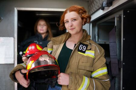 Picture of two female firefighters in fire truck Banque d'images - 129430186