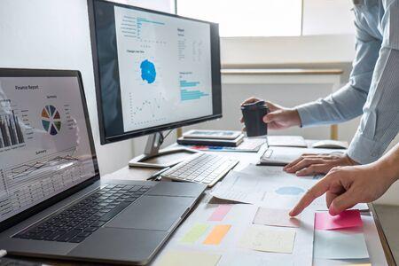 Presentación ejecutiva del equipo empresarial sobre la discusión para la planificación del proyecto financiero de inversión y la estrategia de conversación empresarial con fines de lucro con el socio. Foto de archivo