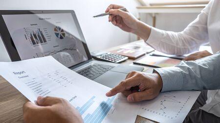 Groep zakelijke informele teamconferentie over vergaderpresentatie tot planning van investeringsprojectwerking en strategie van zakelijke gesprekken met partner, financieel en boekhoudconcept.