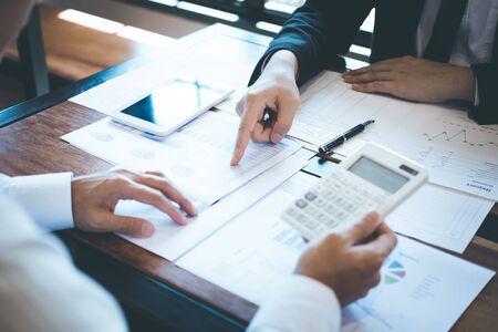 Business-Team-Partner beim Treffen von Brainstorming bei Investitionsideen, Marketingplanung, Projekt- und Präsentationsfinanzierung und Strategie für den Erfolg und die Entwicklung von Wachstumsgewinnen. Standard-Bild