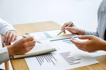 Twee zakenpartnerteamconferentie en discussie in investeringsideeën, marketingplanning en presentatiefinancieringsproject tijdens vergadering en strategie van het maken van zaken tot winstgroei. Stockfoto