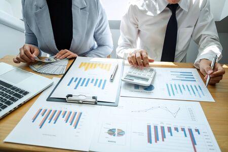 Réunion d'équipe de deux partenaires commerciaux et discussion d'un projet financier d'idées d'investissement, présentation et analyse de la stratégie de planification marketing de l'entreprise pour générer des bénéfices et réussir.
