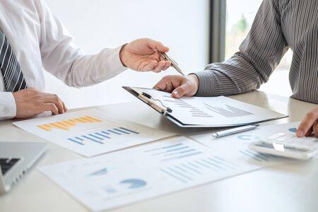 Partenaire de l'équipe commerciale sur la réunion de remue-méninges sur les idées d'investissement, le projet de planification marketing et le financement de la présentation et la stratégie de création d'entreprise pour un profit de croissance réussi et de développement.