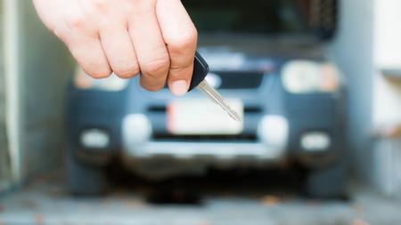Sleutel van de auto bij de hand Stockfoto