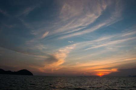cielo despejado: Puesta de sol sobre el mar