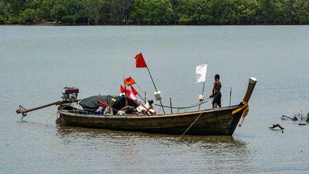 Moken sailing boat in the sea Stockfoto - 137009339