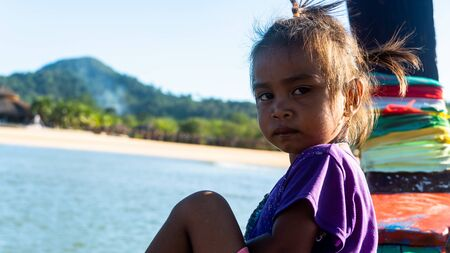 Moken dzieci w wiosce Moken na wyspie Ko Lao w prowincji Ranong Tajlandia
