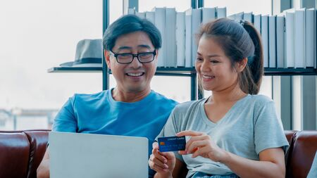 Old man and woman using credit card shopping online Stockfoto