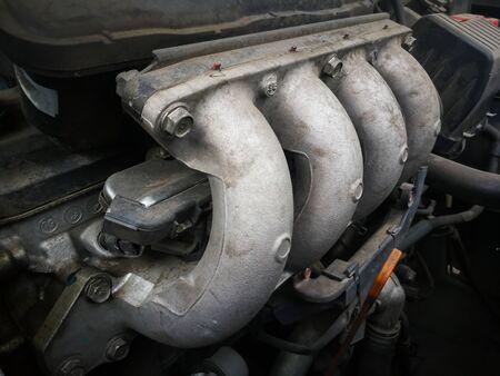 Część brudnego silnika samochodu 4 wtryskiwacze