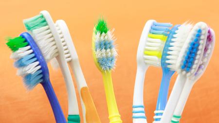 dientes sucios: Cepillo de dientes usados; Foto de archivo
