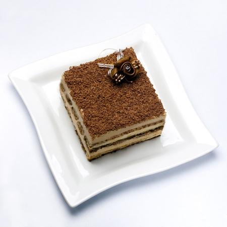 rebanada de pastel: pedazo de tiramisú en primer plano plato blanco