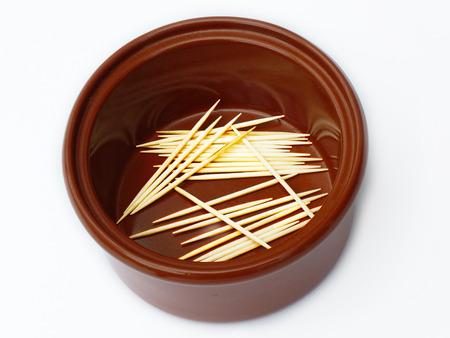 olla barro: Pote de arcilla con palillos de dientes Foto de archivo
